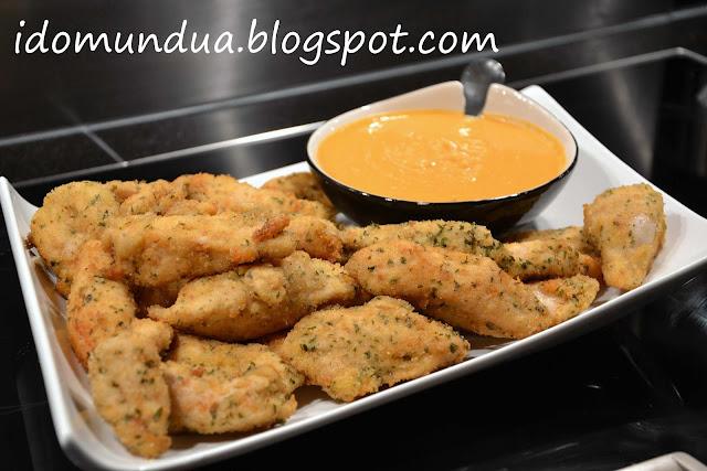 Chicken fingers con hummus