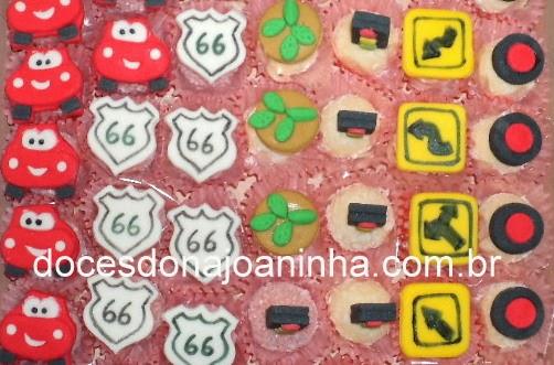 Doces decorados com o tema Carros: Mcqueen, placa route 66, cactus, sinaleiro, rodas, placas de trânsito