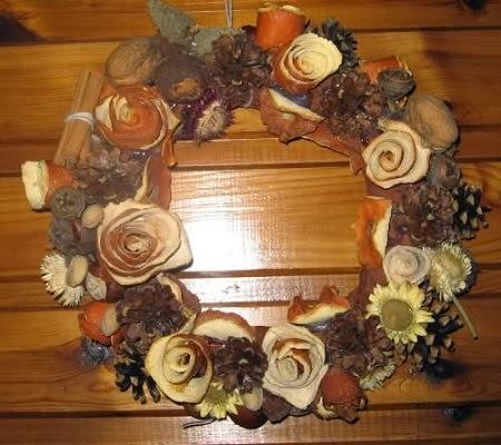Coronas de navidad con materiales naturales - Manualidades pinas secas ...