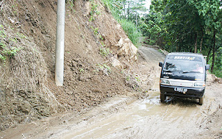 Warga Perbatasan Tuntut Perbaikan Jalan