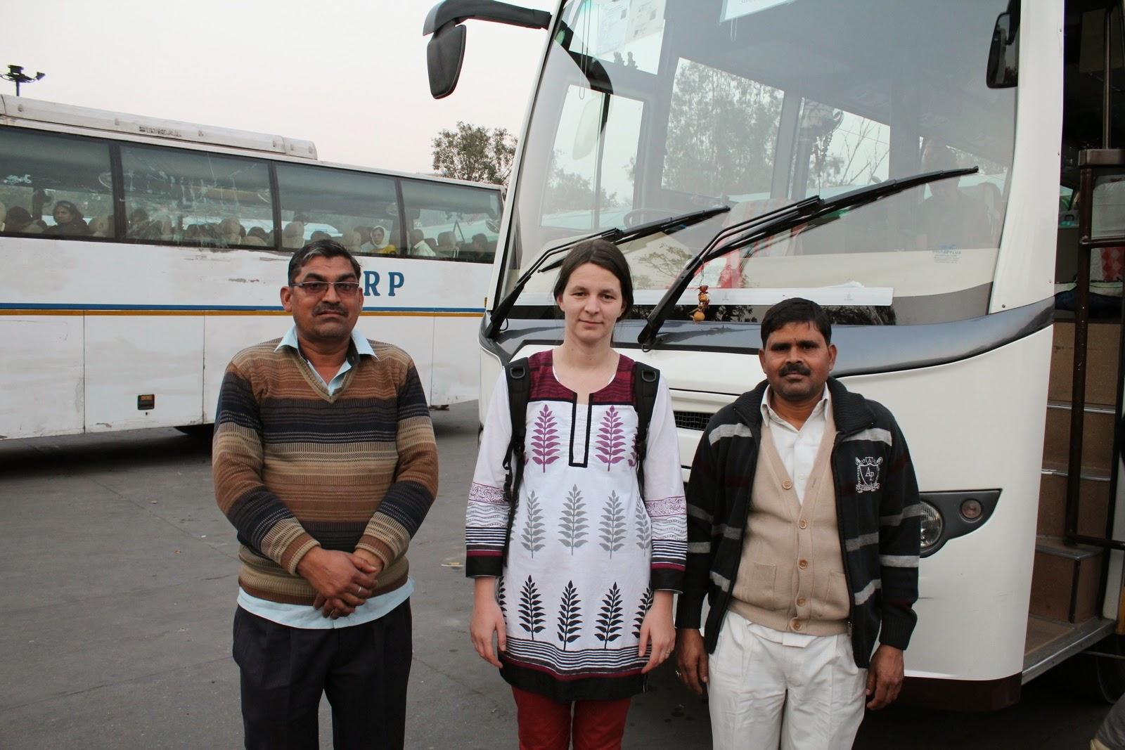 Timi - baloldalt a buszsofőr, jobboldalt a segéd