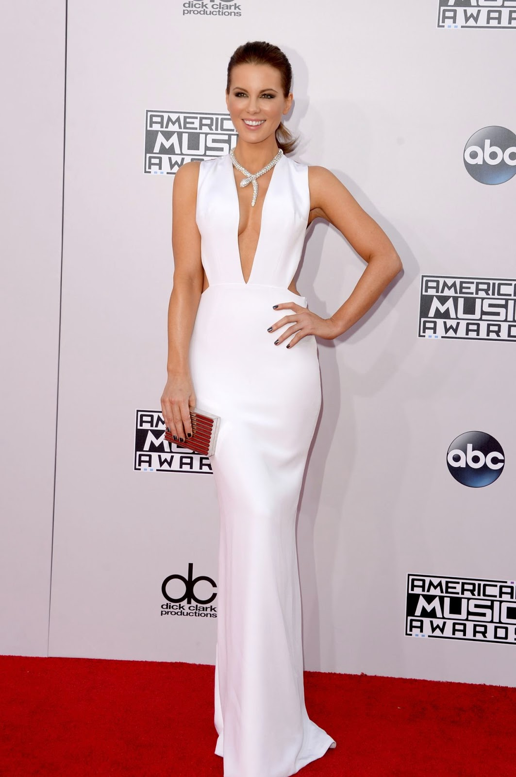 Kate Beckinsale wears a plunging white gown to the 2014 American Music Awards