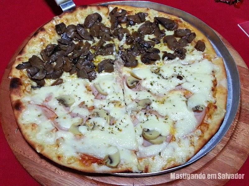 Luna Rossa Pizzeria: Pizza metade Funghi metade Peru com Champignon