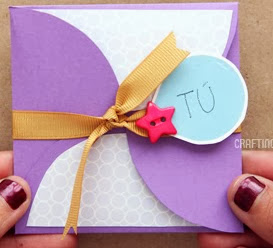 http://un-mundo-manualidades.blogspot.com.es/2012/11/tarjeta-scrapbook-sencilla-manualidades.html