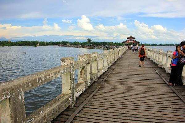 Paseando por el puente de madera U-Bein