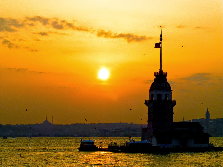 Desde Üsküdar, la Torre de Leandro, Estambul al fondo al atardecer