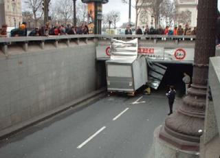 Najsmešnije slike: kamion udario u nadvožnjak