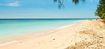 Pantai Ai Manis berhampar pasir putih