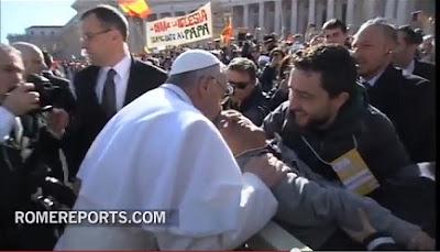 El Papa se baja del jeep para besar a uno de sus fieles