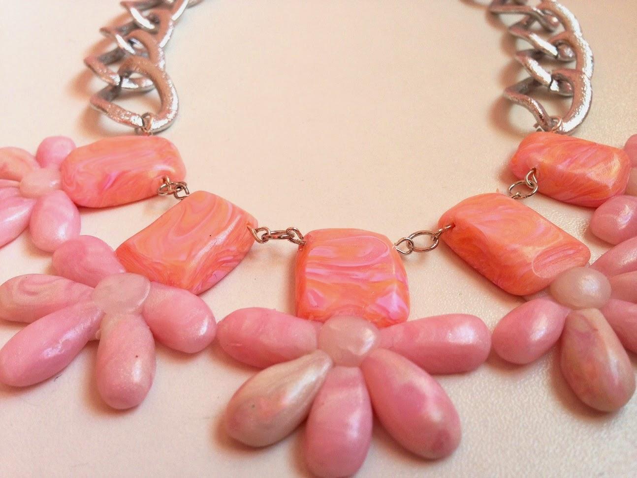 Collar corto motivos florales efecto quarzo rosa