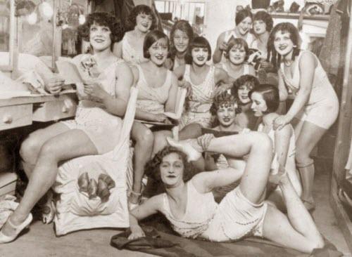 En los vestidores del Moulin Rouge (1924)