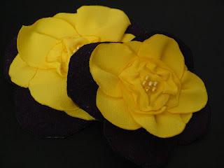 fioletowo-żółte broszki meteriałowe