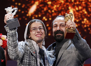 De Iraanse regisseur Asghar Farhadi (re) en zijn dochter de actrice Sarina Farhadi tonen de Gouden Beer voor Beste Film en de Zilveren Beer voor het beste koppel actrices in de film 'Nader And Simin A Separation' op de International Film Festival Berlinale in Berlijn, op zaterdag 19 februari 2011. (AP Photo/Markus Schreiber)
