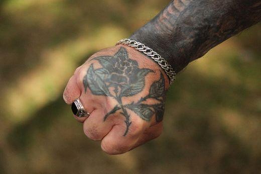 Тату парням на руке черный