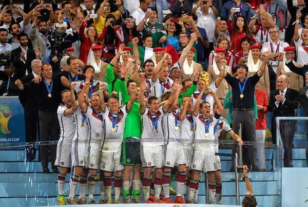 لاعبي المانيا يحملون كاس العالم
