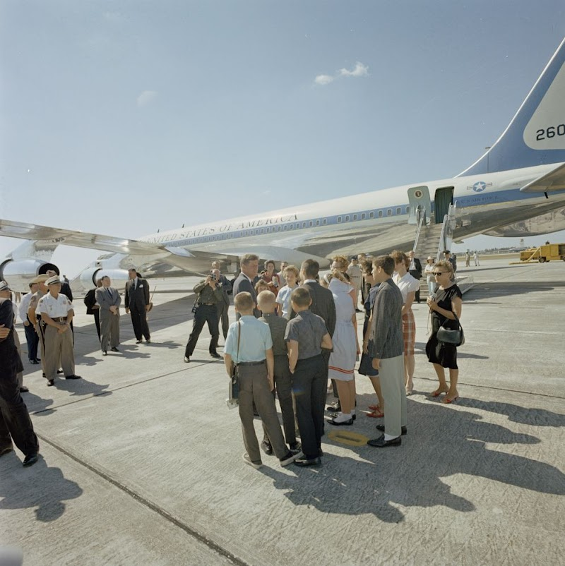 http://1.bp.blogspot.com/-7pzea9_MriI/UWu3dtmpRcI/AAAAAAAAuMg/p-gSoBfXELQ/s802/JFK-At-Palm-Beach-International-Airport-West-Palm-Beach-Florida-April-17-1963.jpg
