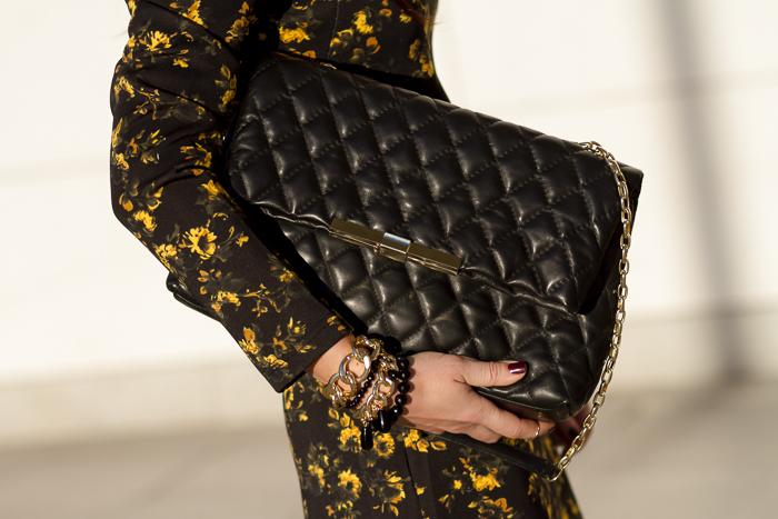 Pulseras negras y doradas de cadena de Carolinas y Bolso Acolchado de cuero de Zara
