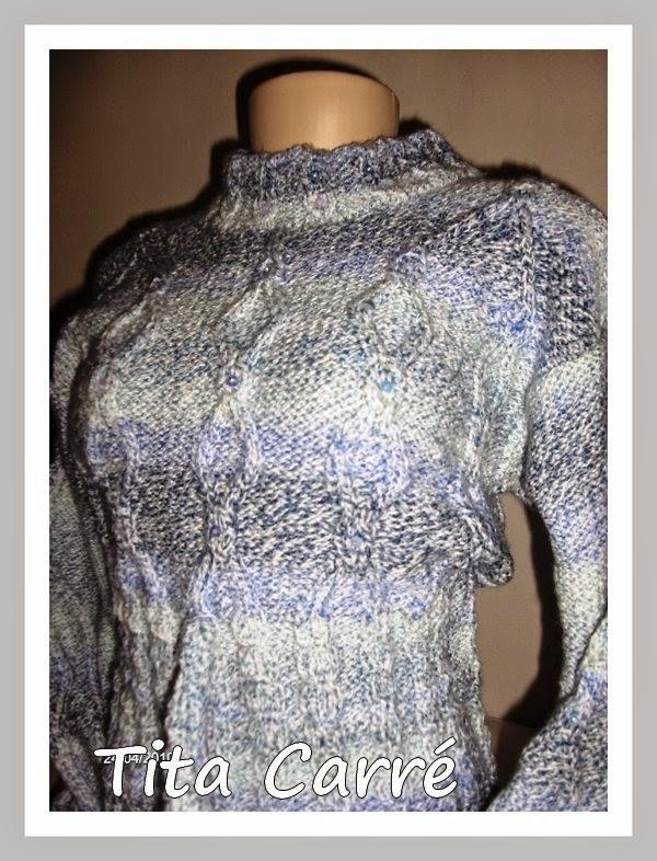 Blusa em tom sobre tom azul com receita de ponto de tricot