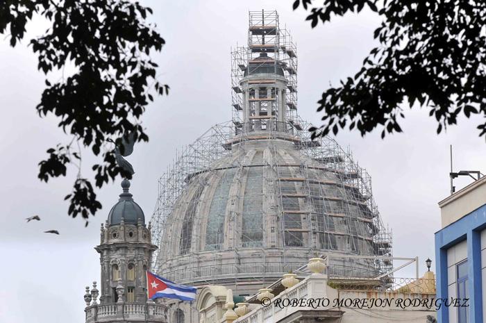 Cúpula  del Capitolio Nacional de Cuba, en proceso de restauración, cubierta por un andamio de enormes proporciones, en La Habana, el 28 de mayo de 2013.