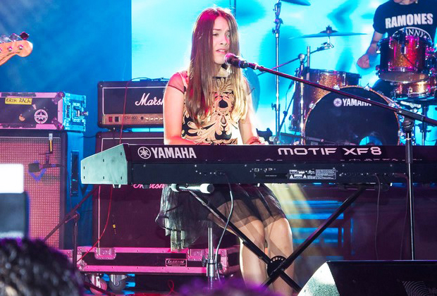 Angie Vazquez tocando el piano de manera sensual | Ximinia
