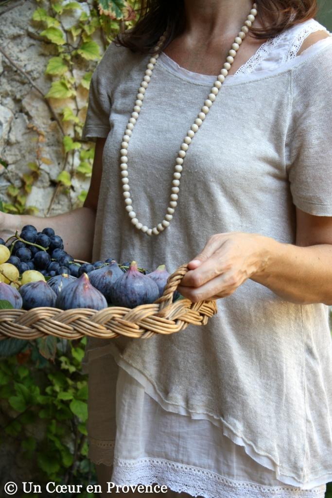 Corbeille en osier remplie de figues et de raisins à dresser sur une table