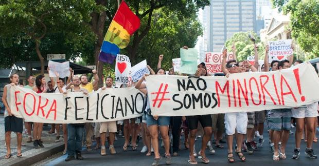 No Rio de Janeiro, centenas de pessoas se reuniram na Cinelândia, no centro, para o protesto (Foto: Erbs Jr/Frame/Estadão Conteúdo)