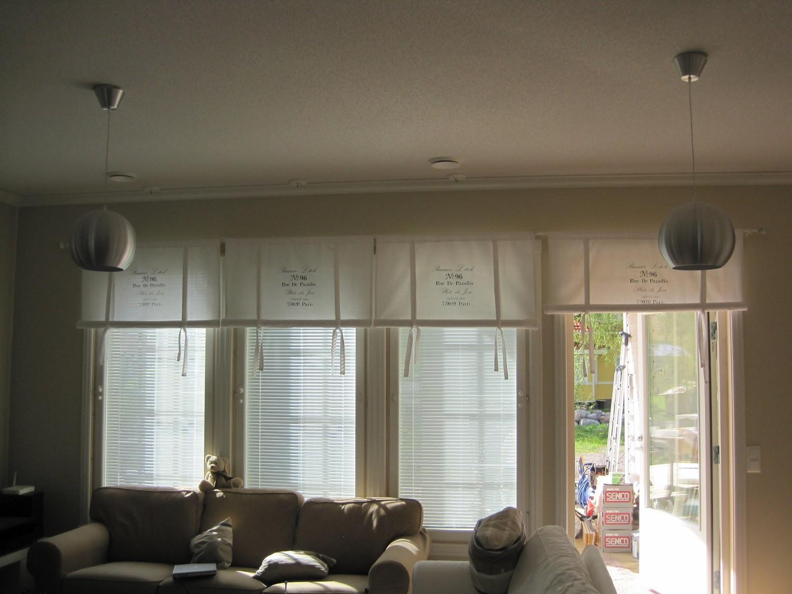 Husbygge i karperö: gardiner i vardagsrum