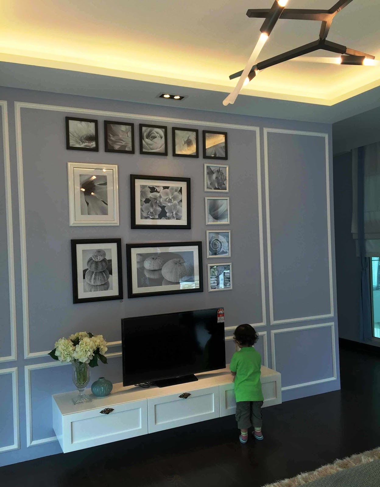 Di diy wainscoting dining room - Wainscoting In Combination With Black And White Frames And The Simple Tv Panel Minimal But So Pleasing To The Eyes