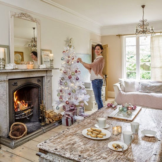 Christmas Home Tour : Semplicity, distressed furniture and whites/pastels colors! . shabby&countrylife.blogspot.it
