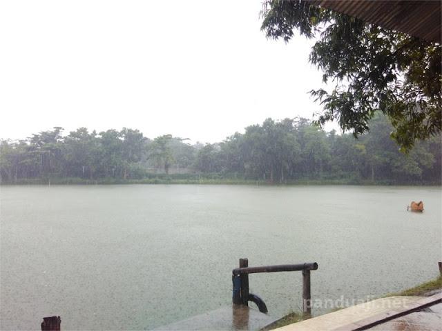 Hujan di Bendungan Waru Turi