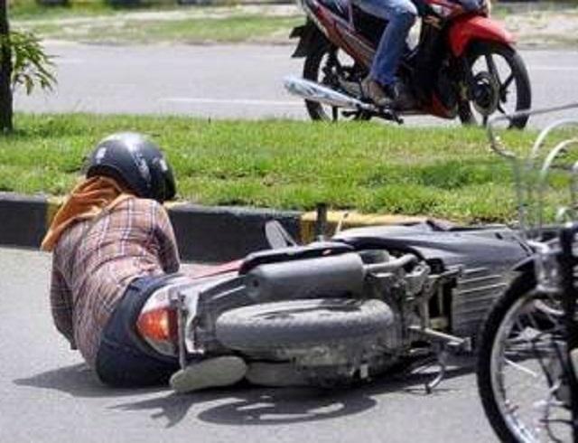 wanita kecelakaan motor di jalan