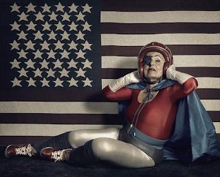 "Abuela ""superhéroe"" posando."