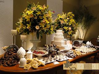 forminhas, vasos de porcelana, arranjo floral alto, mesa madeira, velas