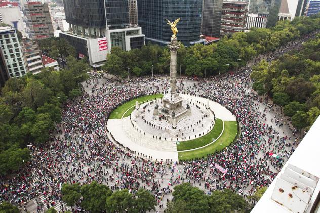 Mexicanos celebran, festejan en el Angel de la Independencia en la Ciudad de Mexico | Ximinia