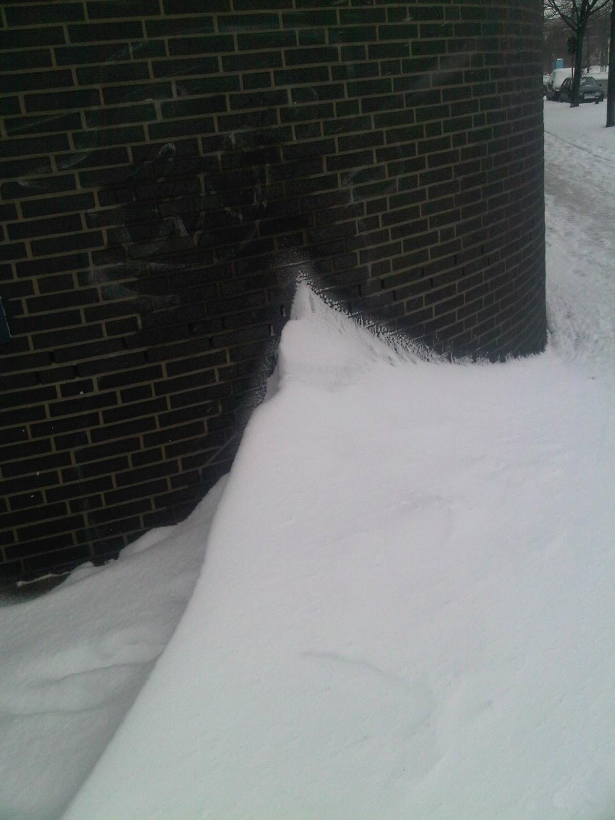 Schneeverwehung Hausecke Heidenkampsweg