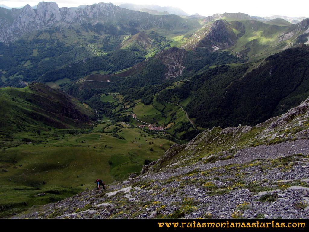 Ruta Tuiza Siegalavá: Atravesando pedrera con la zona de la Cubilla detrás