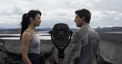 Still of Olga Kurylenko and Tom Cruise in