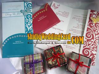 http://www.shidiqweddingcard.com/2016/01/paket-undangan-m-165-dan-souvenir-sapu.html