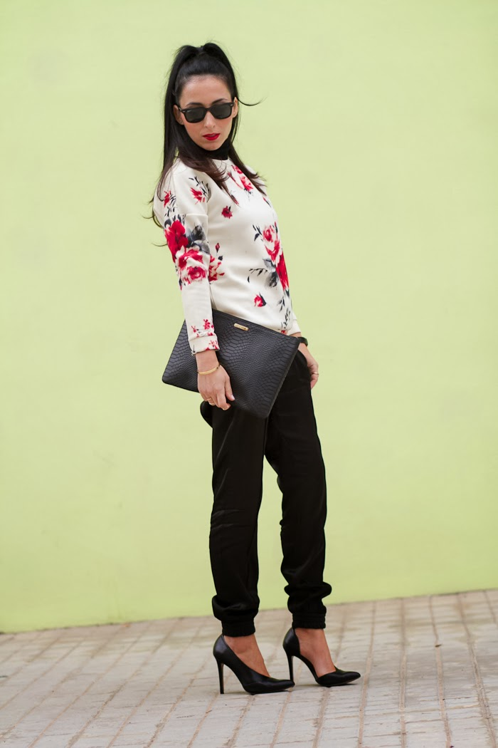 Outfit estilo casual chic con jersey de flores de neopreno y pantalones sueltos de Grup MK