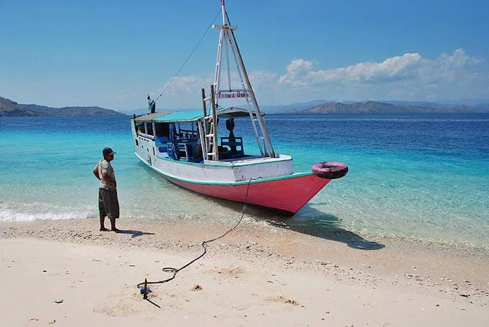 Barco amarrado en la arena