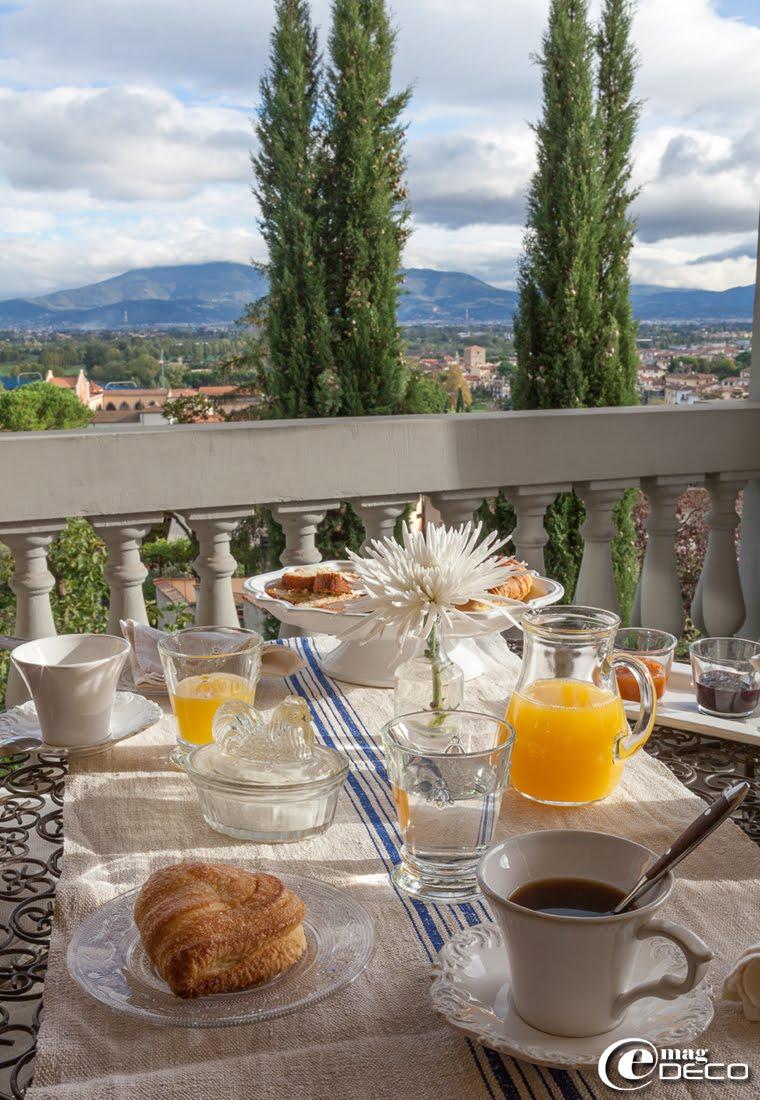 Petit-déjeuner servit dans la loggia de la maison d'hôtes de charme 'Valdirose' près de Florence