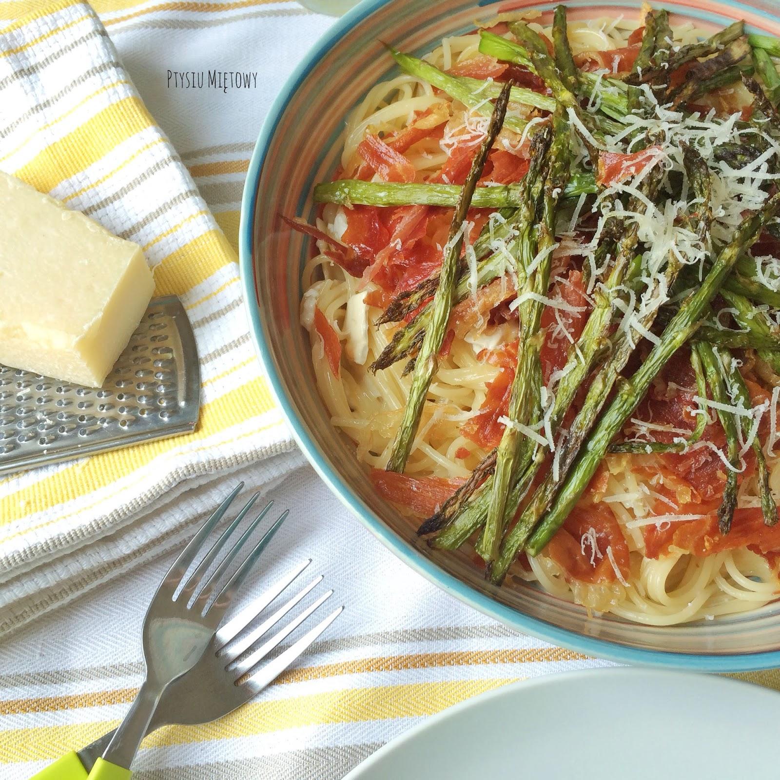 spaghetti, szparagi, kozi ser, szynka parmenska, ptysiu miętowy