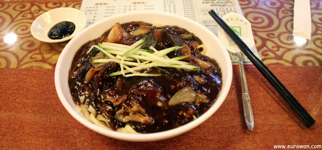 Jjajangmyeon, plato típico de los restaurantes chinos en Corea