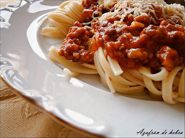 Espaguetis o tallarines con salsa boloñesa