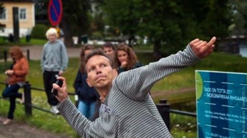 Melempar ponsel merupakan olahraga internasional yang dimulai di Finlandia tahun 2000.