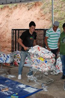 Alimentos doados na Feport são separados para pesagem