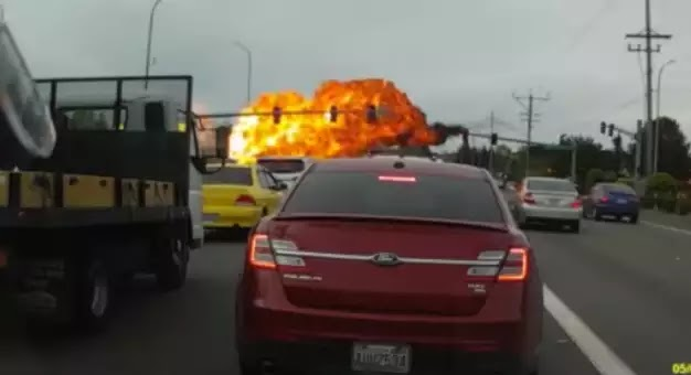 Φλεγόμενο αεροπλάνο συνθλίβεται σε αυτοκινητόδρομο on camera! Βίντεο