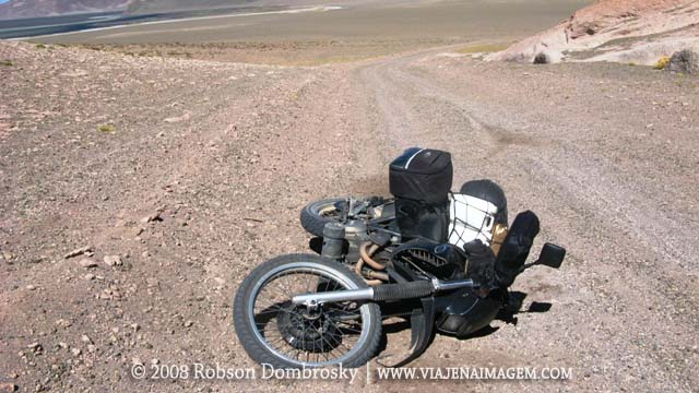 tombo de moto xt600 no deserto do atacama