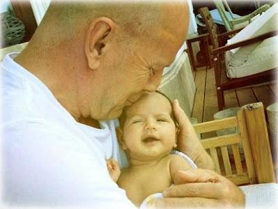 Bruce Willis - muestra su bebe - Twitter - Farándula