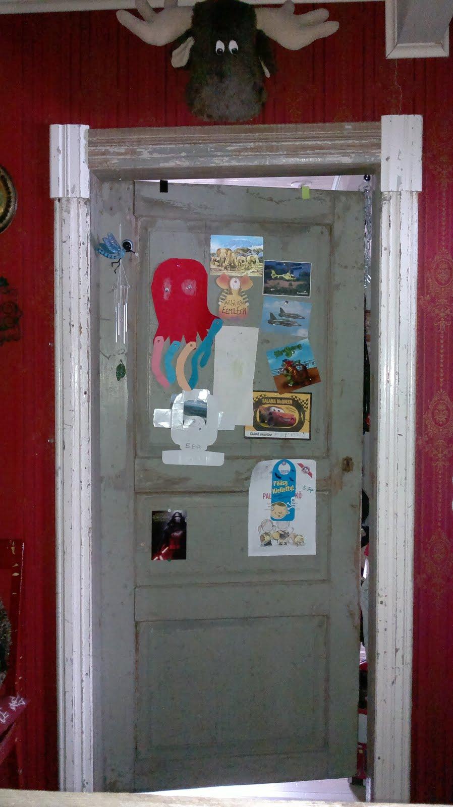 Eemil-Eepin huoneen vanha ovi on saanut koristuksia